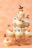 De Cakes van Halloween met de Drijvende Hoeden van Heksen stock afbeelding