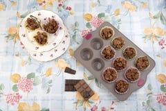 De cakes van het chocoladegraangewas in een van de bakseldienblad en cake tribune Stock Fotografie