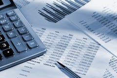 De calculator en het financiële rapport Royalty-vrije Stock Afbeeldingen