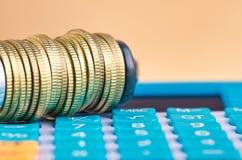 De calculator en de muntstukken drukten strak in een g-Klem stock foto's