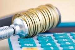 De calculator en de muntstukken drukten strak in een g-Klem stock afbeeldingen