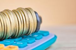 De calculator en de muntstukken drukten strak in een g-Klem royalty-vrije stock afbeelding