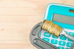De calculator en de muntstukken drukten strak in een g-Klem stock foto