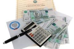 De calculator, het geld, de pen en de belasting handelen tegen de achtergrond van het certificaat Royalty-vrije Stock Foto's