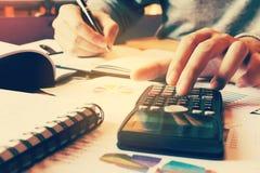 De calculator met vrouwenhand het typen knoop en berekent het doen van vin Royalty-vrije Stock Afbeelding
