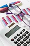 De calculator van de grafiek en een balans stock foto