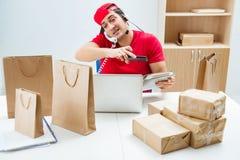 De call centrearbeider op het centrum van de pakketdistributie in postkantoor Stock Foto's