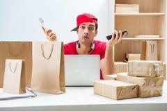 De call centrearbeider op het centrum van de pakketdistributie in postkantoor Stock Fotografie