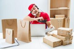 De call centrearbeider op het centrum van de pakketdistributie in postkantoor Royalty-vrije Stock Afbeelding