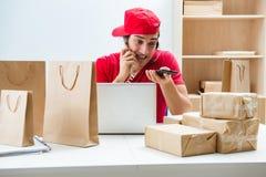 De call centrearbeider op het centrum van de pakketdistributie in postkantoor Royalty-vrije Stock Foto