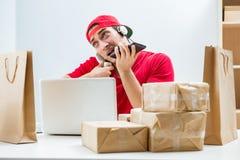 De call centrearbeider op het centrum van de pakketdistributie in postkantoor Royalty-vrije Stock Afbeeldingen