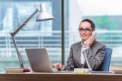 De call centreexploitant in bedrijfsconcept Stock Afbeeldingen