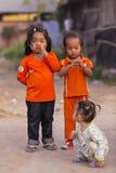 De Cambodjaanse meisjes in Moslimdistrict van de stad tonen hun vinger Stock Foto's