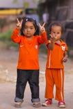 De Cambodjaanse meisjes in Moslimdistrict van de stad tonen hun vinger Royalty-vrije Stock Fotografie