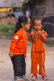 De Cambodjaanse meisjes in Moslimdistrict van de stad tonen hun vinger Royalty-vrije Stock Afbeelding