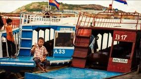 De Cambodjaanse mensen leven op Tonle-Sapmeer Stock Foto's