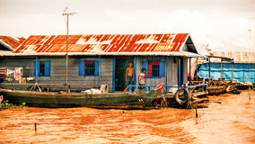 De Cambodjaanse mensen levend op Tonle-Sapmeer in Siem oogsten, Kambodja Niet geïdentificeerde mensen in een Drijvend dorp op het Stock Afbeeldingen