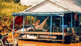 De Cambodjaanse mensen levend op Tonle-Sapmeer in Siem oogsten, Kambodja Niet geïdentificeerde mensen in een Drijvend dorp op het Stock Foto's