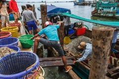 De Cambodjaanse vissers werken aan de dokken Stock Fotografie