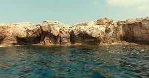 De camera beweegt en opent terug een mooi zeegezicht De kleine golven raken de mooie steenberg stock videobeelden