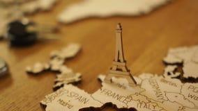 De camera concentreert zich geleidelijk aan op het houten model van de kaart van Europa Model van de houten Toren van Eiffel Aant stock videobeelden