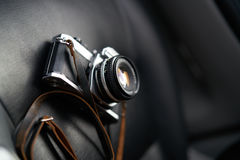 De camera is in de auto, de donkere achtergrond Royalty-vrije Stock Afbeeldingen