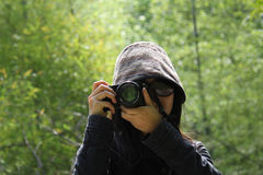De camera die van de vrouwenholding beeld nemen Stock Afbeelding