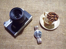 De camera en de koffie Stock Afbeeldingen