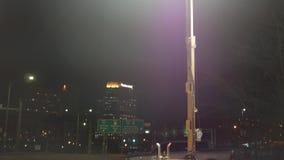 De camera filtert neer aan een elektrische generator dichtbij een stedelijke stad stock videobeelden