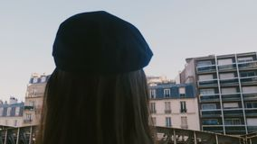 De camera glijdt achter gelukkige vrouwelijke toerist die smartphonefoto van de Torenmening van Parijs Eiffel nemen van flatbalko stock footage
