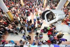 De camera of het toezicht die van kabeltelevisie in luchthaven werken stock foto's