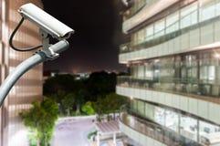 De camera of het toezicht die van kabeltelevisie met de glasbouw werken in bac royalty-vrije stock afbeelding