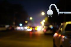 De camera of het toezicht die van kabeltelevisie op verkeersweg werken Royalty-vrije Stock Afbeeldingen