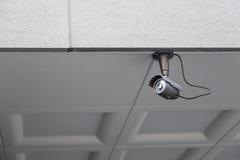 De camera of het toezicht van kabeltelevisie op Muur wordt geïnstalleerd die Stock Afbeeldingen