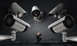 De camera houdt een oog op vrouw Gemengde media stock afbeelding