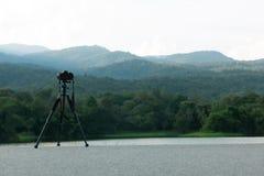 De camera met driepoot neemt beelden van mooie Reservoirs en bergen royalty-vrije stock fotografie