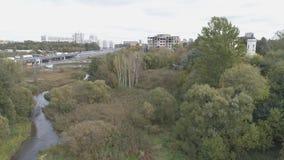 De camera neemt over een kleine rivier toe en de tempel wordt zichtbaar stock footage