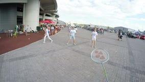 De camera op Mensenhoofd toont Mensen die Badminton spelen stock footage
