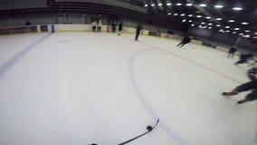 De camera op spelerhoofd toont hard spel met puck op ijsarena stock footage