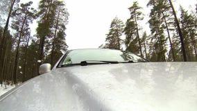 De camera opgezet op een auto wanneer zich het bewegen op de winterweg in bos het gaat ijzel stock footage