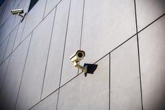 De camera's van de veiligheid bij de donkere bouw Stock Afbeeldingen