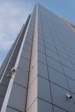 De camera's van de veiligheid op moderne wolkenkrabber Stock Foto