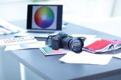 De camera, de stoffensteekproeven en de schetsen zijn op de Desktop royalty-vrije stock foto