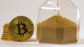 De camera toont Bitcoin Echt Model bij Zandlopermacro stock video