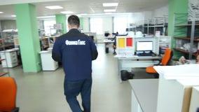 De camera toont Modern Bezig Bureau met Werkende Mensen stock videobeelden