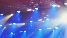De camera toont overvloed van van een lus voorzien stadiumlichten en laserscanons over concertzaal stock footage