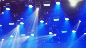 De camera toont overvloed van van een lus voorzien stadiumlichten en laserscanons over concertzaal stock video