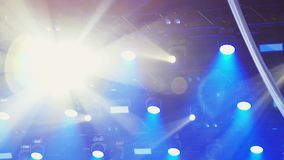 De camera toont overvloed van van een lus voorzien stadiumlichten en laserscanons over concertzaal stock videobeelden