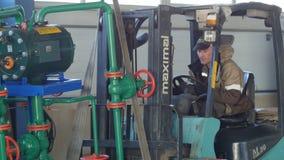 De camera toont Pijpbouw en Krachtige Vorkheftruck stock video