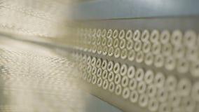 De camera toont de Textieldraden Bandmacro versterken stock videobeelden